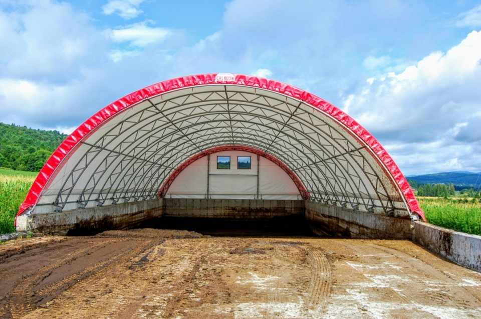 Jones Farm Hoop House Heifer Manure Storage Project, constructed with 2018 VHCB Water Quality Grant; Craftsbury, VT. (Photo: M. Noth/VHCB)